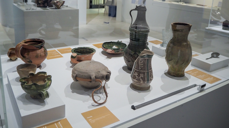 """Exposition """"Regards sur la vie quotidienne' du musée de Cluny - l'art de la table - vaisselle du moyen age"""
