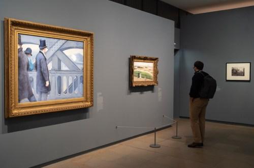 homme regardant un tableau