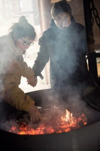 Brødet tilberedes over bålet på Junges plantage