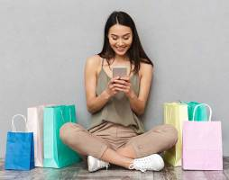 une cliente vient de faire du shopping et regarde son telephone