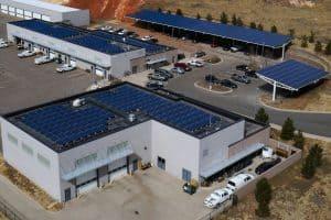 Il fotovoltaico aziendale è anche un modo per realizzare ampliamenti e/o parcheggi con duplice funzione