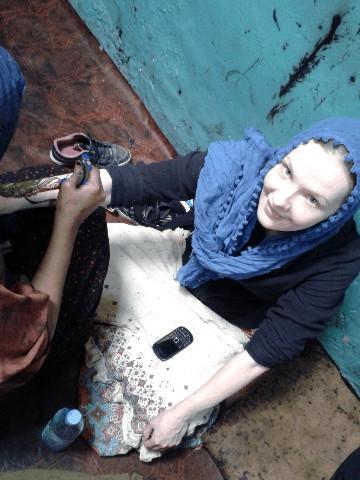 Zaina getting henna