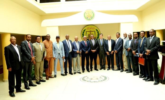 Madaxweynaha Somaliland, Hoggaamiyaaysha Xisbiyada Mucaaradka, Hoggaanka Xisbul xaakimka iyo ka qaybgalayaasha Heshiiska Komishanka doorashooyinka 27 Feb 2020. Araweelo News Network.