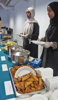 Vapaaehtoisia nuoria jakamassa ruokaa