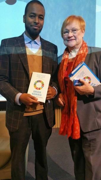 Vasemmalla Abdule Mahamed ja oikealla presidentti Tarja Halonen YK:n päivänä 24.10.2017.