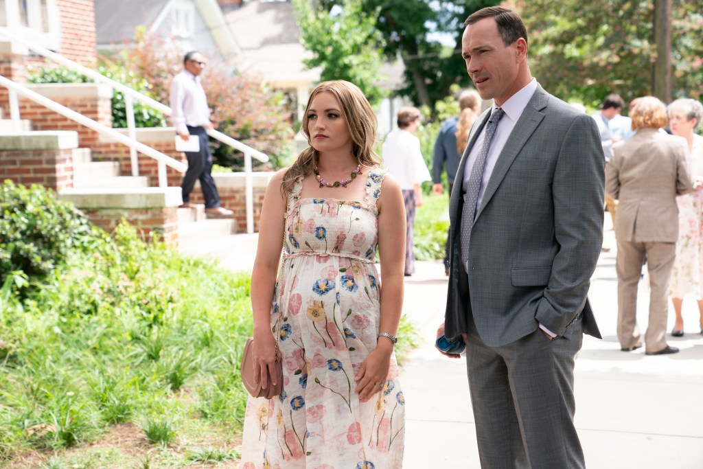 SWEET MAGNOLIAS (L TO R) JAMIE LYNN SPEARS as NOREEN FITZGIBBONS and CHRIS KLEIN as BILL TOWNSEND in episode 101 of SWEET MAGNOLIAS Cr. ELIZA MORSE/NETFLIX © 2020