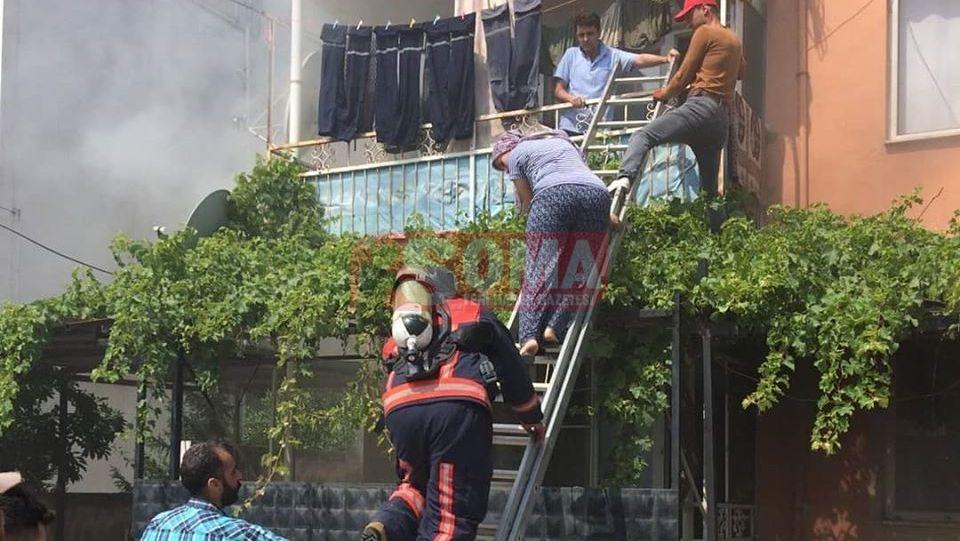 Soma'da yangın, mahsur kalan 2 kişiyi itfaiye kurtardı