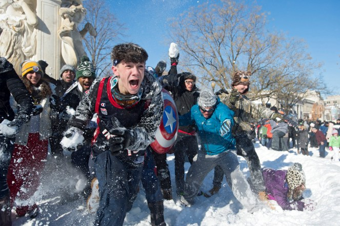 epa05123240 People participate in a snowball fight after this weekend's blizzard, at Dupont Circle in Washington, DC, USA, 24 January 2016. The nation's capital is beginning to recover from a major blizzard, Winter Storm Jonas, that dumped near-record amounts of snow in Washington DC. EPA/MICHAEL REYNOLDS