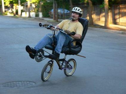 Bicicleta diferente com cadeira de escritório