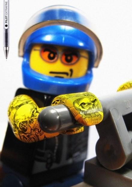 Lego: piloto de moto e tatuado