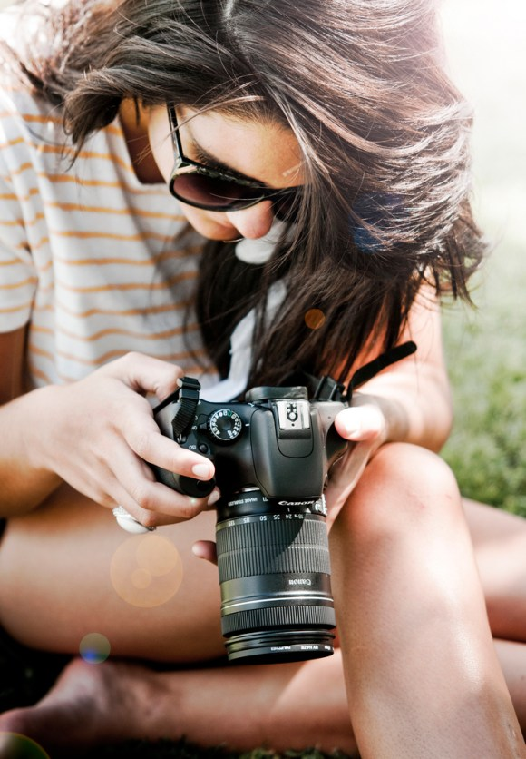 Mulher com Canon Eos Rebel T2i