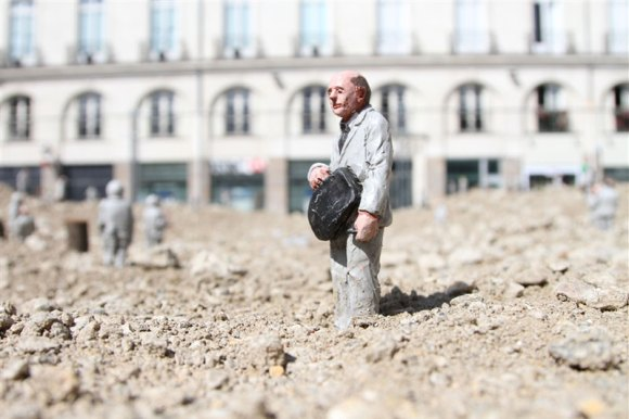 follow-the-leaders-by-isaac-cordal-1