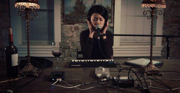 Sozinha, apenas com um tecladinho e um sequenciador, ela fez este cover de Nirvana