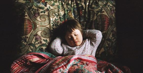 Para vencer preconceitos, inclusive o próprio, mãe produz série de fotos sobre filha com Síndrome de Down
