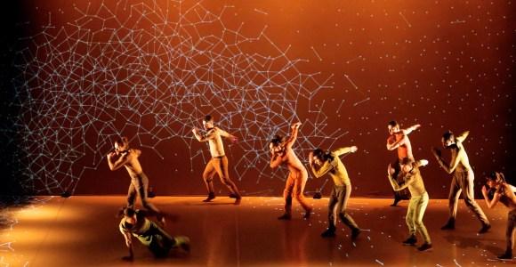 Com projeções, grupo de dança cria impressionantes cenários virtuais para suas coreografias