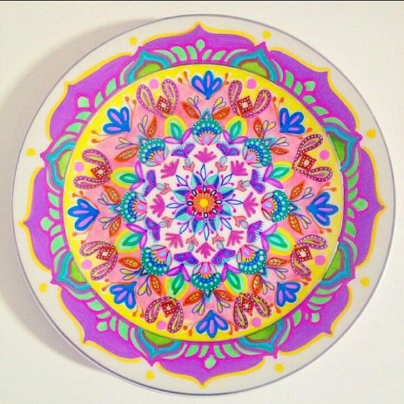 mandalas coloridas em pratos 11