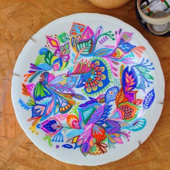 mandalas coloridas em pratos 23