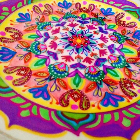 mandalas coloridas em pratos 9