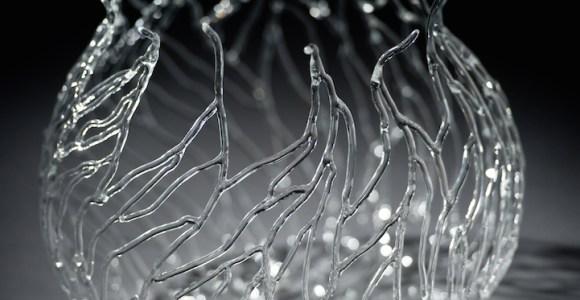 Artista domina a arte de moldar o vidro e cria esculturas inspiradas em formas marinhas