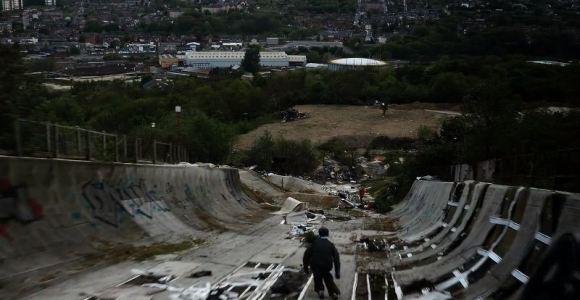 Esquiadores fazem manobras insanas e desviam de obstáculos em pista abandonada e destruída