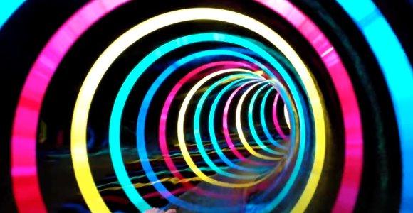 Luzes piscantes transformam toboágua num buraco negro da ficção científica