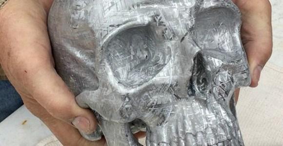 Ele usou um meteorito para esculpir este crânio humano em tamanho real