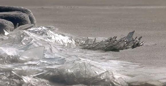 Assista à camada de gelo sobre esse lago se quebrar como vidro