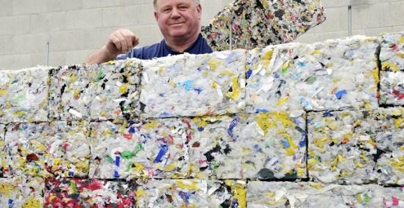 Projeto produz tijolos com lixo plástico retirado dos oceanos
