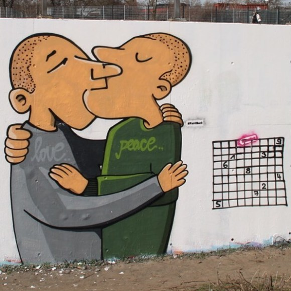 Duas pessoas se beijando e sudoku do lado