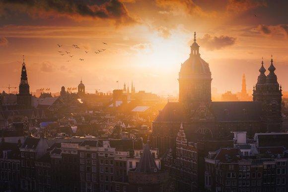 Amsterdam sob o sol com aves voando