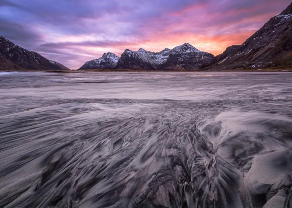 Montanhas de Lofoten e céu roxo
