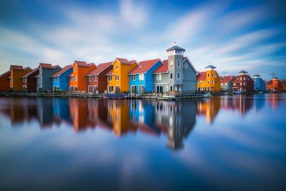 Casas coloridas perto do mar