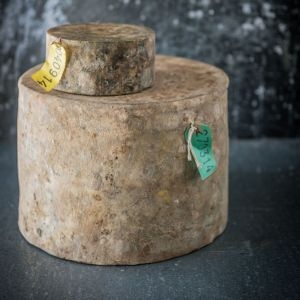 Quickes Traditional Clothbound Cheddar