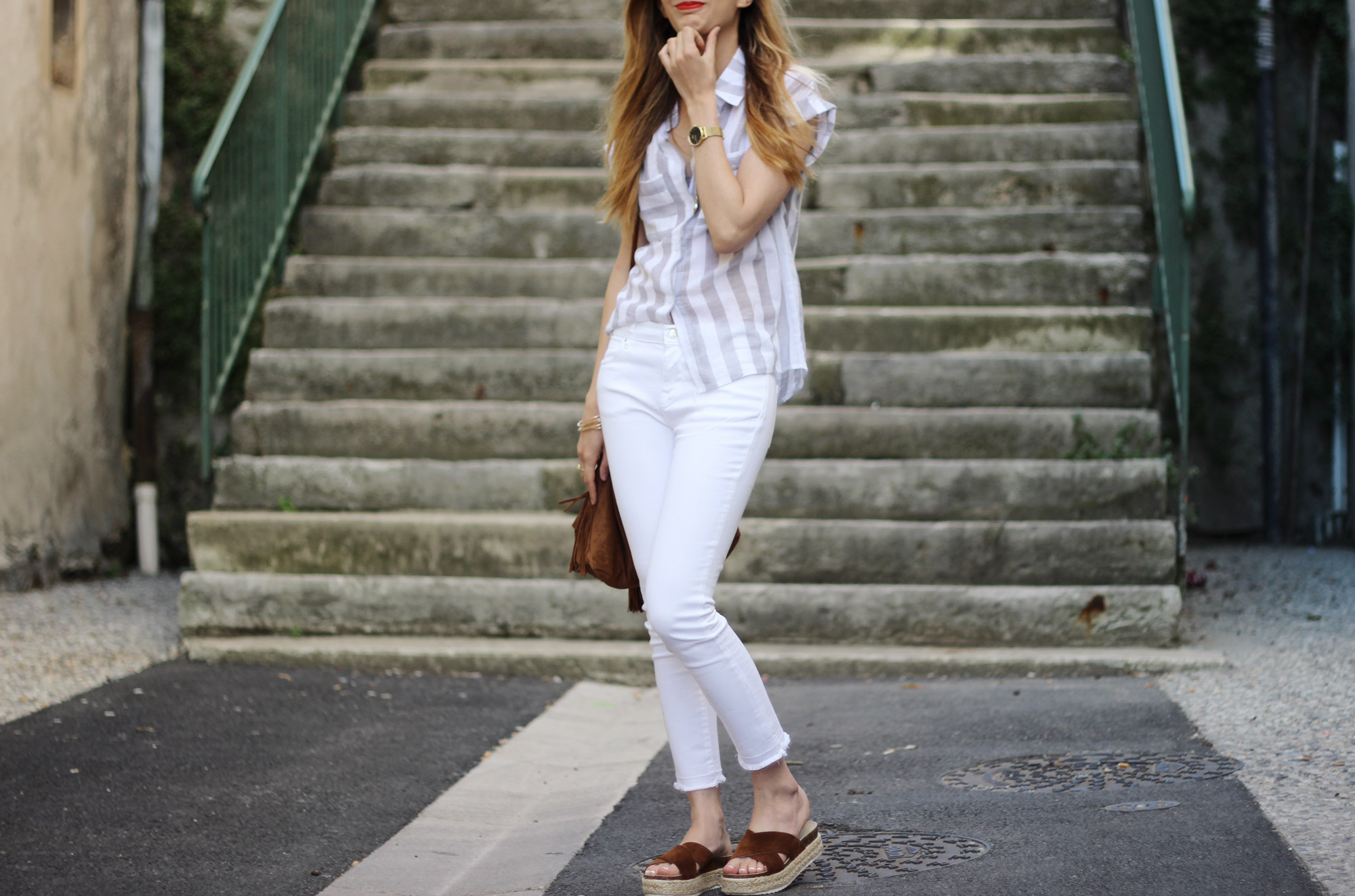 details-look-white-and-stripes