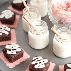 Make this adorable Mini-Brownie and Milk-Shots dessert tray!