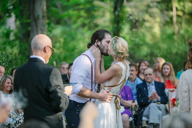We're loving this darling backyard wedding ceremony and first kiss!