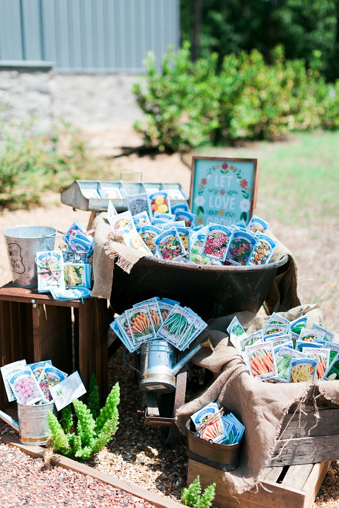 How fun are these let love grow seed packet wedding favors?! Such a great idea!