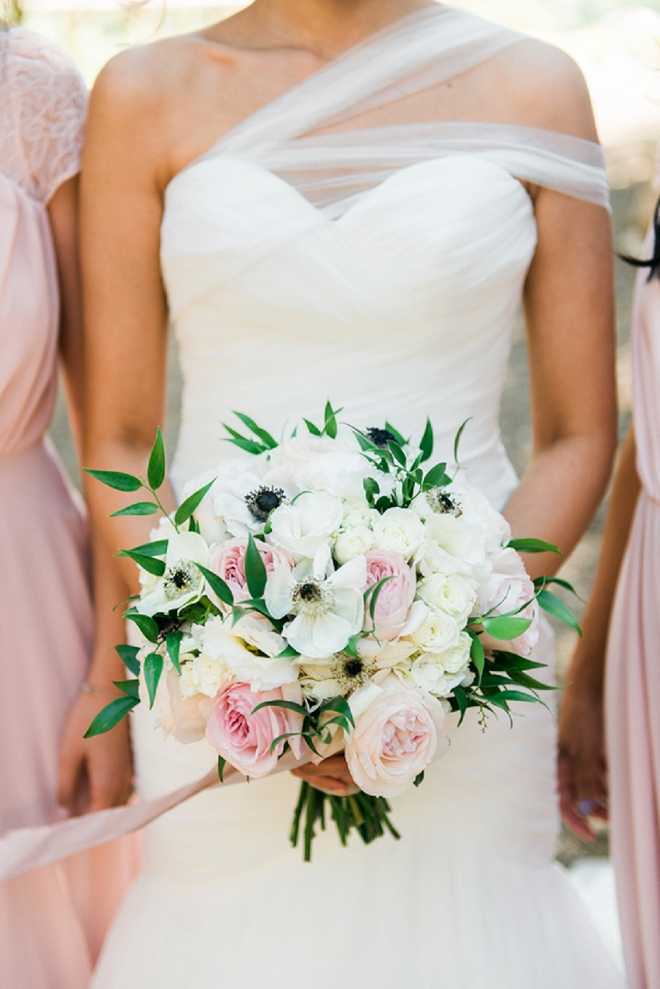 How gorgeous is this Bride's bouquet?! Loving the dainty and modern combo!