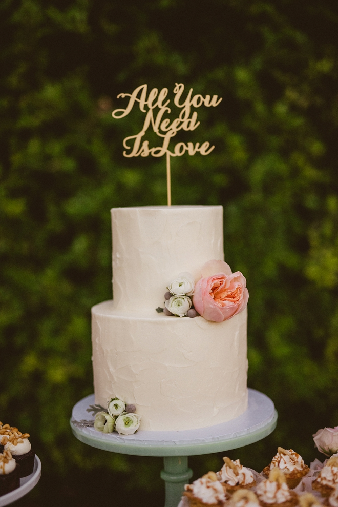 We're in LOVE with this stunning and simple cake with gold cake topper!