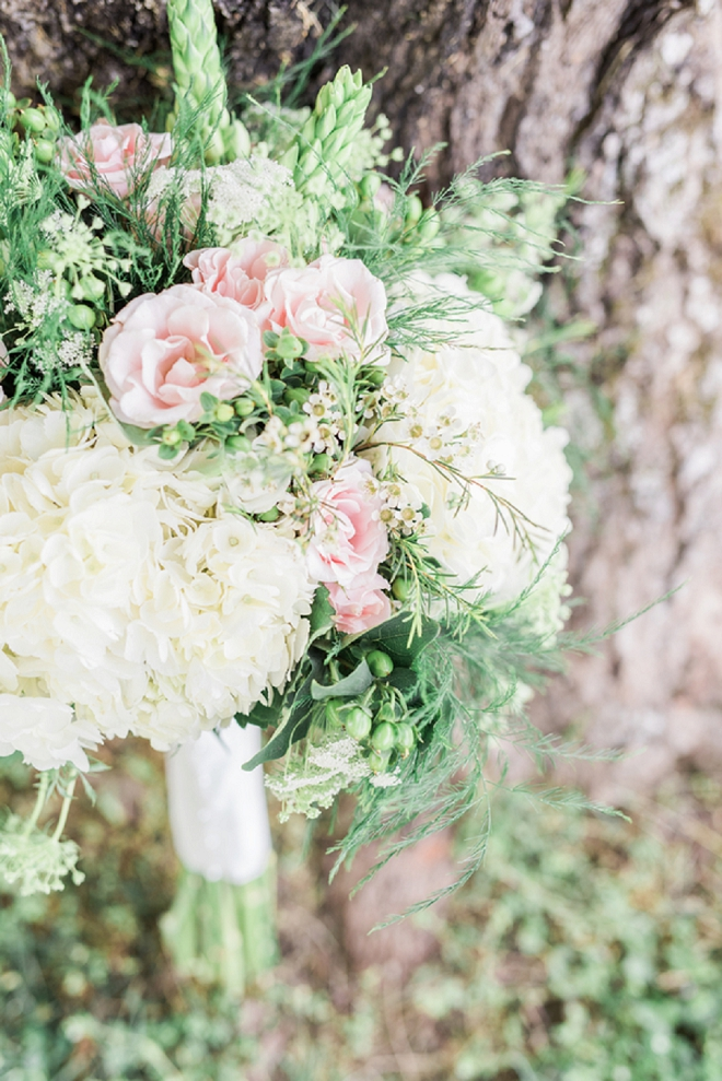 Can you believe this Bride DIY'd her bouquet?! AMAZING!