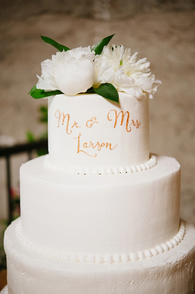 We love this simplistic monogrammed wedding cake!