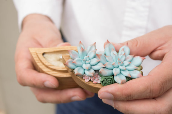 OMG! How amazing is this succulent ring box?! We're in LOVE!