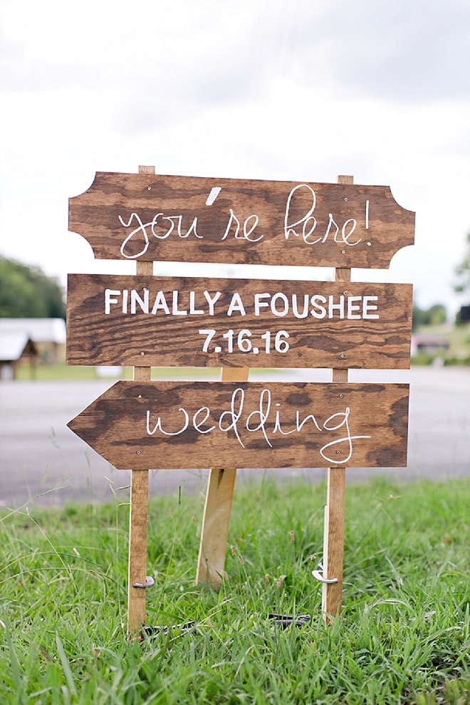 Loving this gorgeous wooden and hand lettered wedding welcome sign!