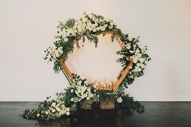 OMG - we are in LOVE with this super modern and gorgeous ceremony background!