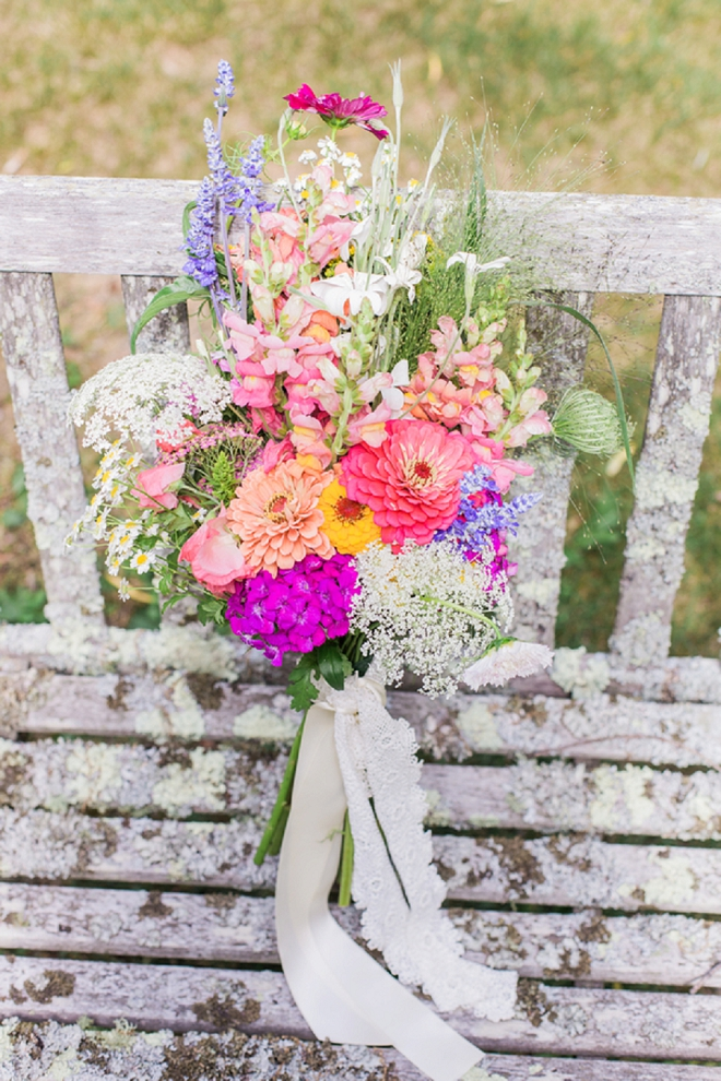 Talk about a Springy bouquet! We're crushing on this Bride's wildflower beauty!