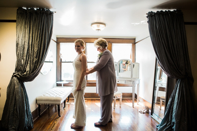 We're in LOVE with these darling snaps of this stunning Bride getting ready!