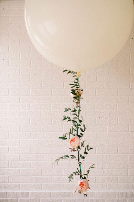 Guirlanda de balão floral - tão bonita e feminina. Eu podia ver isso em uma festa ou casamento!