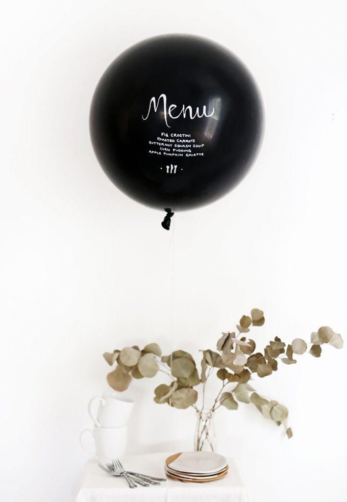Esta é uma ideia tão única! Menu escrito em um balão em sua festa ou casamento.