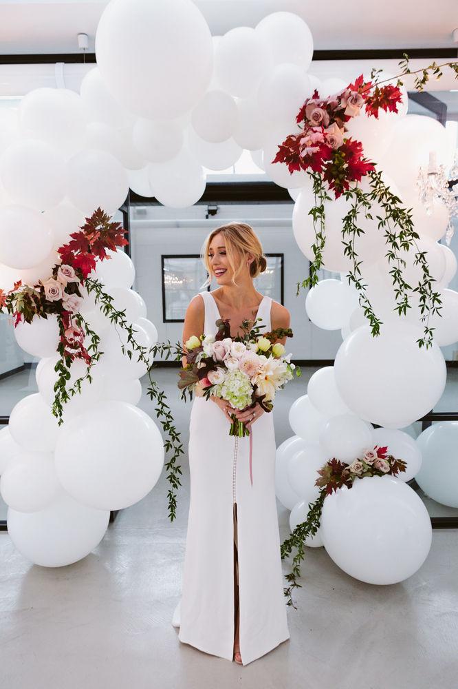 Arco do balão lindo. Balões brancos com flores reais! Tão lindo para um casamento.