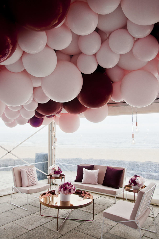 OMG a balloon ceiling feature! Yes please! I want this at my wedding in the tents.